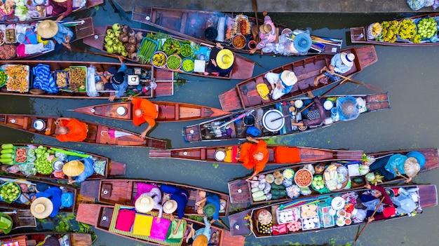 Turyści odwiedzający łodzią