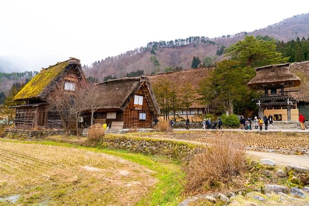 Turyści odwiedzający shirakawa-go. shirakawa-go to jedno z miejsc światowego dziedzictwa unesco, które znajduje się w prefekturze gifu w japonii.