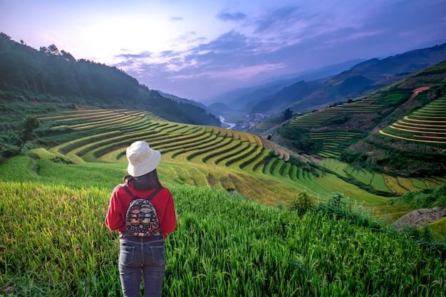 Turyści oglądają piękne tarasy ryżowe w mu cang chai, yenbai, wietnam