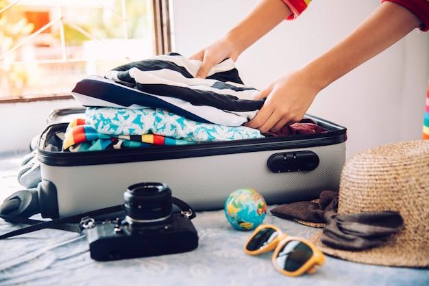 Turyści pakują bagaż na podróż.