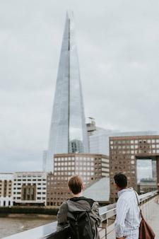 Turyści patrzący na the shard. londyn, wielka brytania - 22 czerwca 2021