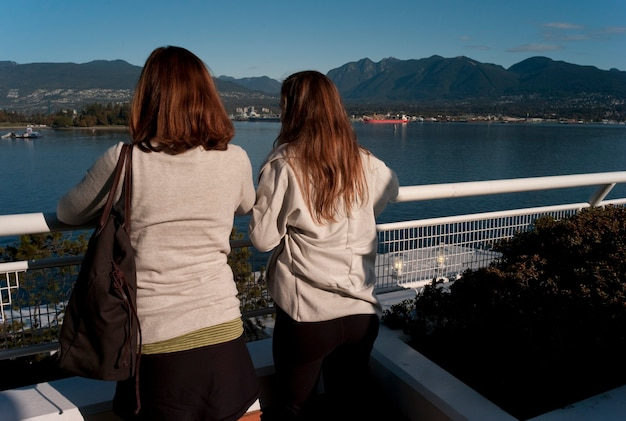 Turyści patrzeje linię brzegową w vancouver, kolumbiowie brytyjska, kanada