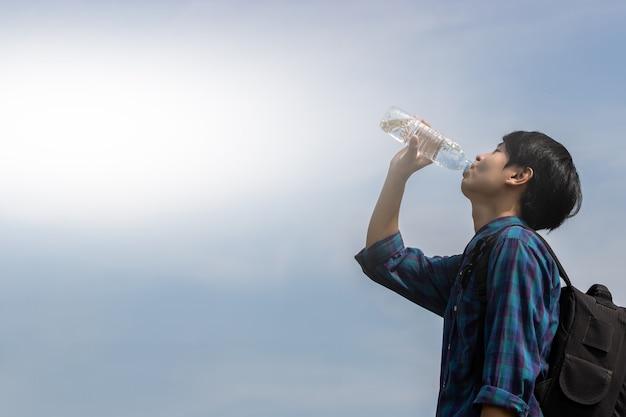 Turyści piją wodę