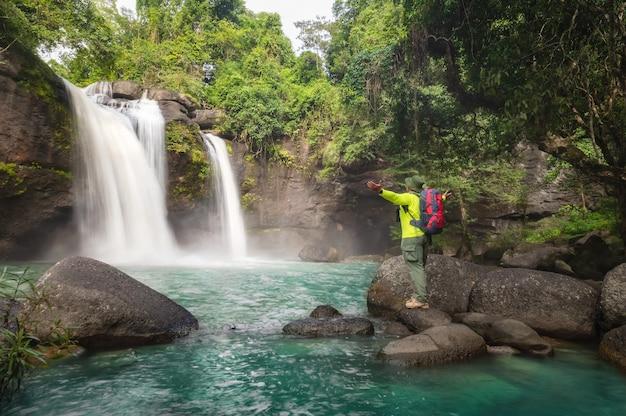 Turyści plecak piesze wycieczki szlak przyrodniczy podróżowanie ekoturystyka turysta, aby zobaczyć wodospad haew suwat