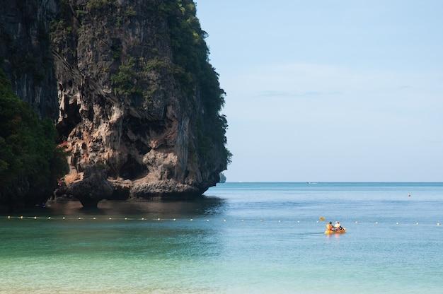 Turyści pływają kajakiem w pobliżu wyspy
