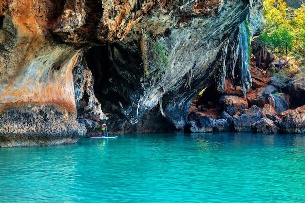 Turyści pływający kajakiem na railay w krabi w tajlandii.