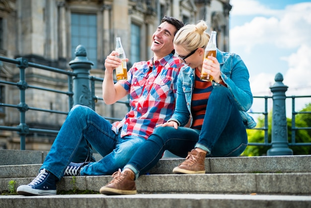 Turyści podziwiający widok z mostu na wyspie muzeów w berlinie z piwem