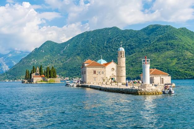 Turyści popłynęli jachtem na wyspę gospa od skrpela w zatoce kotorskiej boka