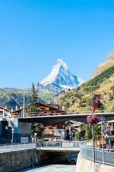 Turyści przy ulicznym widokiem stary grodzki zermatt przy centrum w zermatt, szwajcaria.