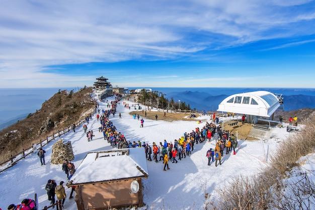Turyści robiąc zdjęcia pięknej scenerii i jeżdżąc na nartach wokół deogyusan,