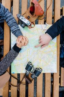 Turyści siedzący z mapą