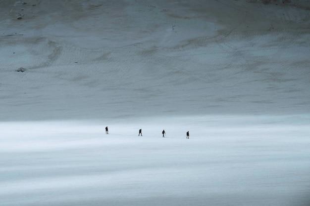 Turyści spacerujący w alpach chamonix we francji
