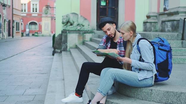 Turyści sprawdzający plan miasta i dyskutujący