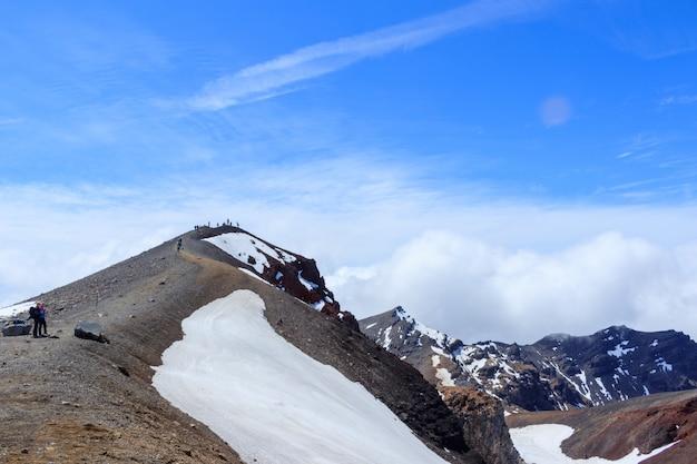 Turyści trekkingi w fox glacier w zimie, nowa zelandia.