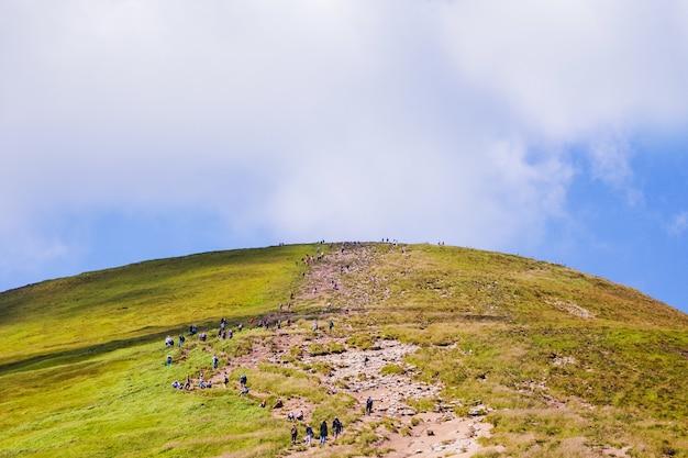 Turyści udają się na szlak na szczyt góry