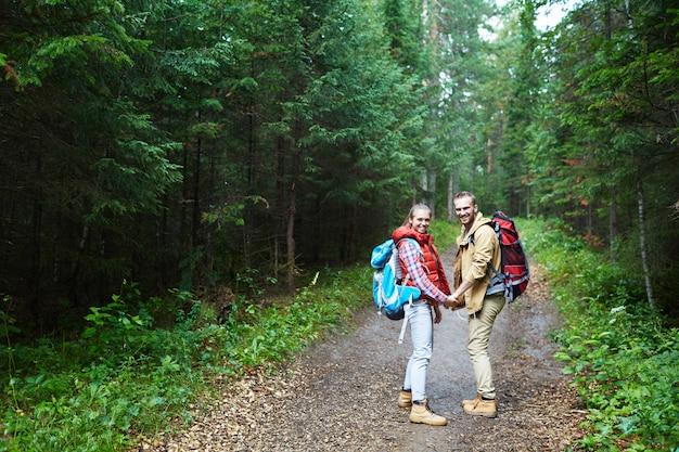 Turyści w lesie