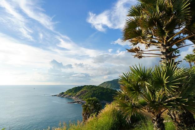 Turyści w punkcie widokowym przylądka phromthep na południu wyspy phuket w tajlandii. tropikalny raj