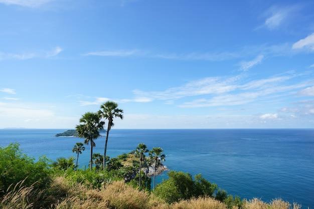 Turyści w punkcie widokowym przylądka phromthep na południu wyspy phuket w tajlandii.
