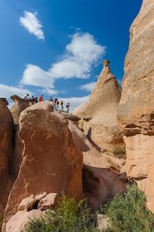 Turyści w skałach w cappadocia, turcja