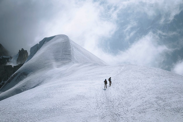 Turyści wspinający się na alpy chamonix we francji