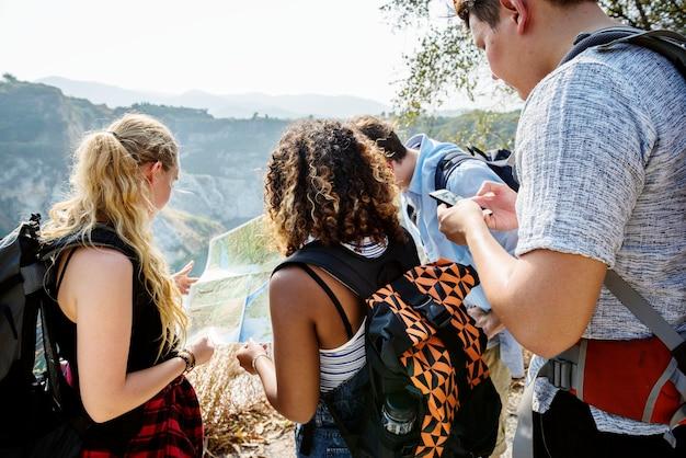 Turyści z plecakami na przygodzie