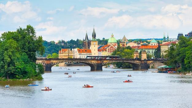 Turyści z rowerami na rzece wełtawie w pradze