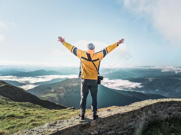 Turysta człowiek z aparatem biorąc obraz gór. kopiuj przestrzeń