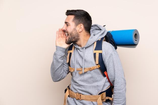 Turysta człowiek z plecakiem