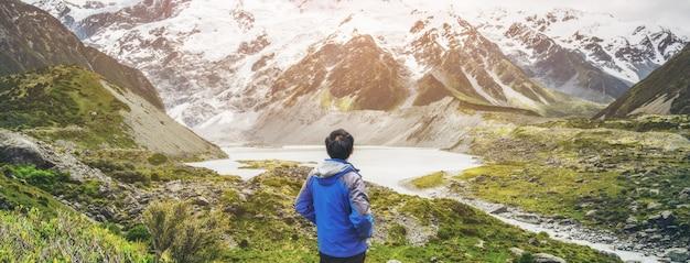 Turysta górski podróżujący w krajobraz pustyni.