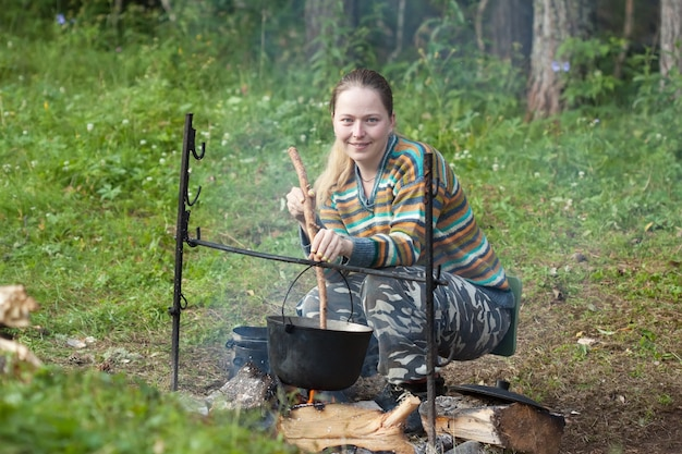 Turysta gotuje świeże jedzenie