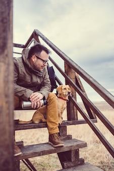Turysta i pies odpoczynku