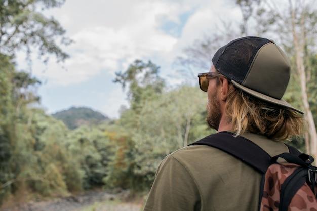 Turysta idzie przez las