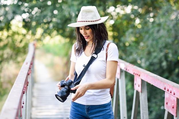 Turysta kobieta fotografuje aparatem bezlusterkowym