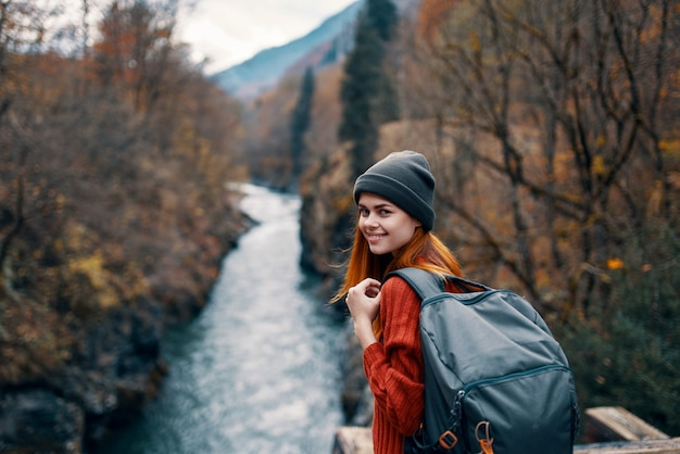 Turysta kobieta na moście w pobliżu gór rzeki podróży charakter