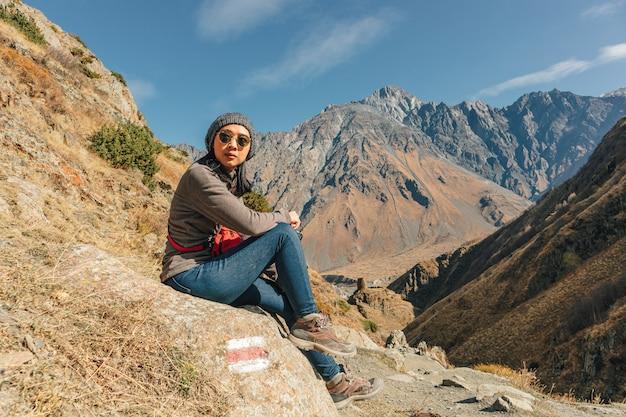 Turysta kobieta podróż przez szlaki górskie.