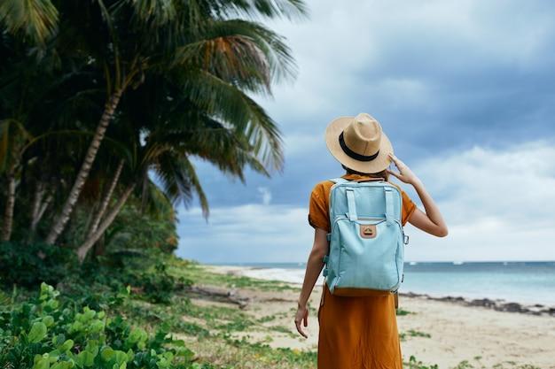 Turysta kobieta z plecakiem spacer na wyspie tropikach