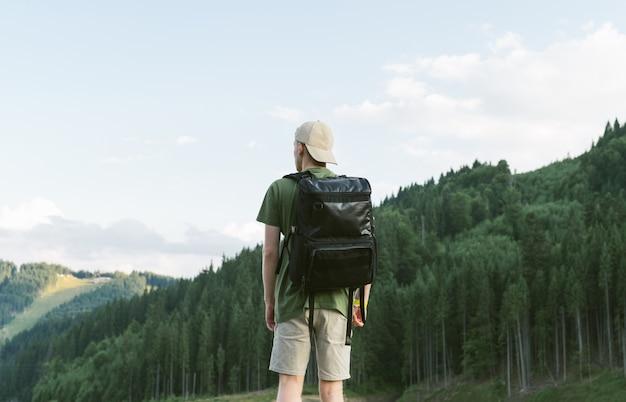 Turysta korzystający z iglastego lasu i górskiego krajobrazu