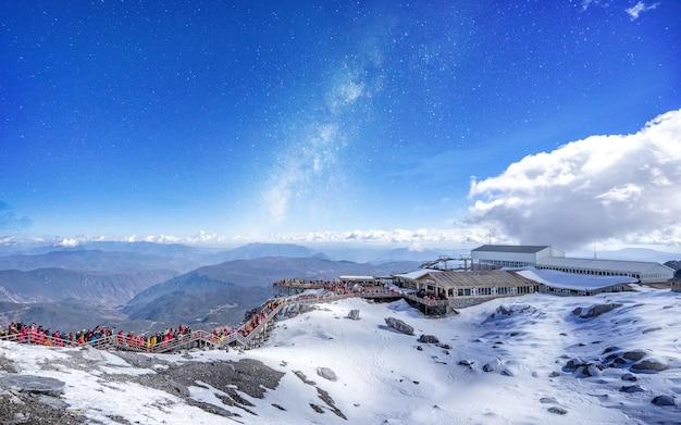 Turysta, który nie potrafi się zidentyfikować, lubi drogę do jade dragon snow mountain.
