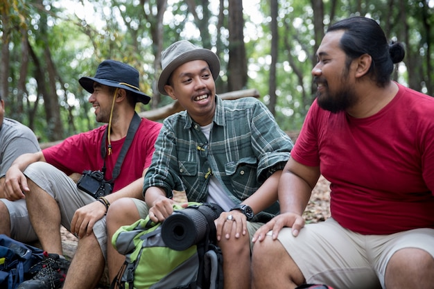 Turysta ludzi siedzi i rozmawia po wędrówce