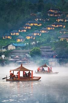 Turysta na łodzi w wiosce ban rak thai w prowincji mae hong son