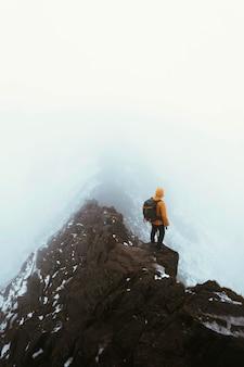 Turysta na szczycie helvellyn w angielskiej krainie jezior w anglii