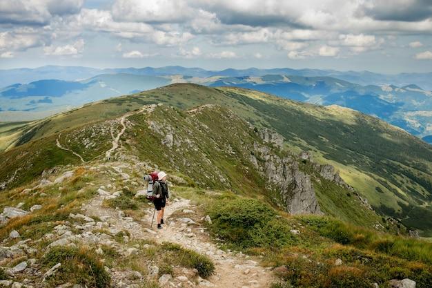 Turysta na szczycie w karpatach. koncepcja stylu życia sport podróży.
