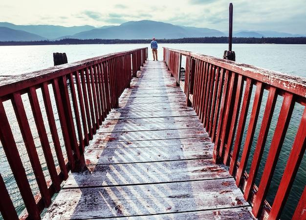 Turysta na wybrzeżu pacyfiku w kolumbii brytyjskiej w kanadzie. koncepcja podróży wanderlust.