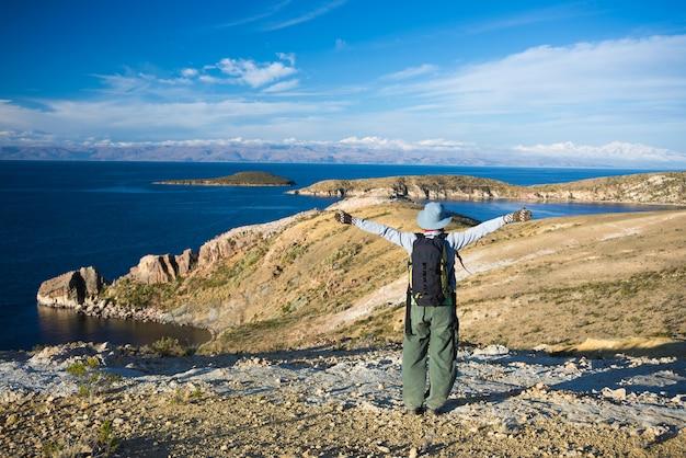 Turysta na wyspie słońca, titicaca lake, boliwia
