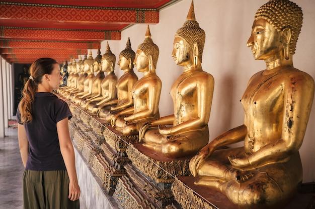 Turysta odwiedza przy wat pho buddyjską świątynią w bangkok