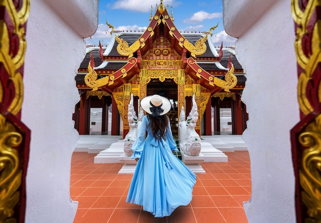 Turysta odwiedzający wat khua khrae w chiang rai w tajlandii