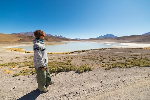 """Turysta oglądający """"laguna canapa"""" na boliwijskich andach"""