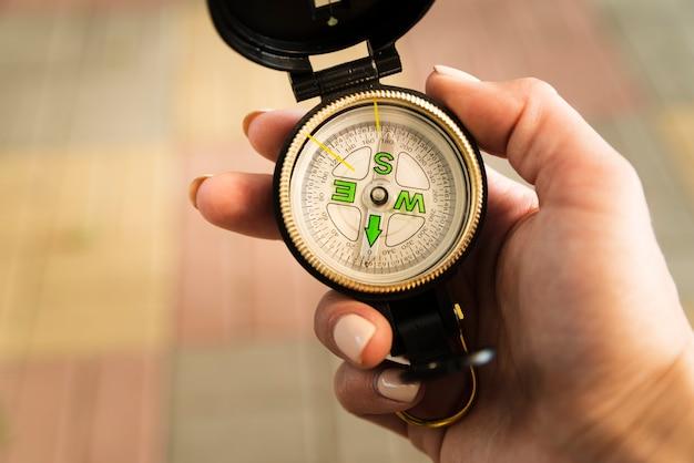 Turysta patrząc na jego kompas