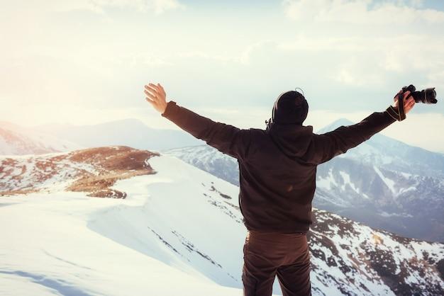 Turysta patrzy na krajobraz. fotograf na szczycie góry