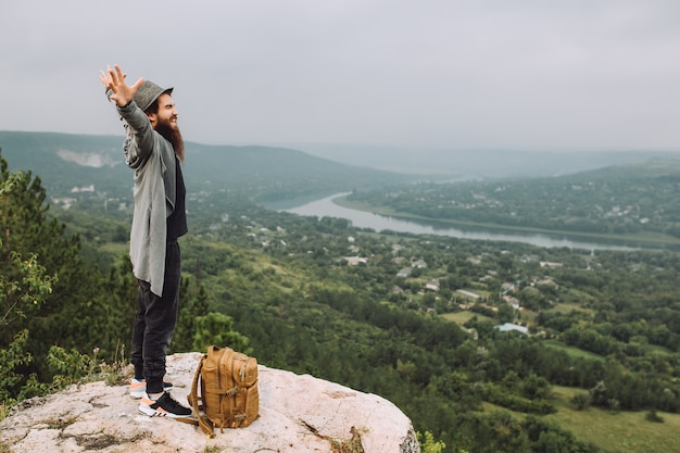 Turysta patrzy na piękny letni krajobraz.